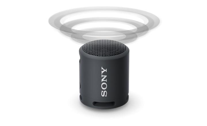 Bild des tragbaren, kabellosen XB13 EXTRA BASS(TM) Lautsprechers, der Schallwellen mit Sound Diffusion Processor nach oben ausgibt.