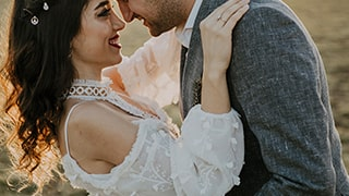 sina-demiral-sony-alpha-99II-bride-and-groom-about-to-kiss-with-sunlight-behind