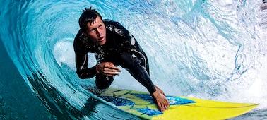 Abbildung eines Surfers mit gestochen scharfem Detail in der Welle