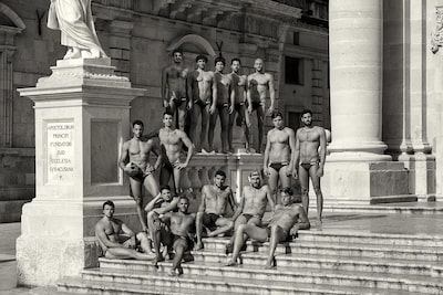 maki-galimberti-sony-alpha-7RII-swimming-club-men-pose-on-steps-of-gothic-building