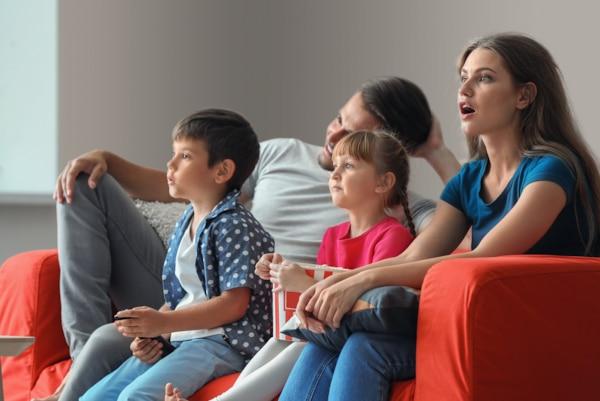 Familie, die sich einen Film ansieht