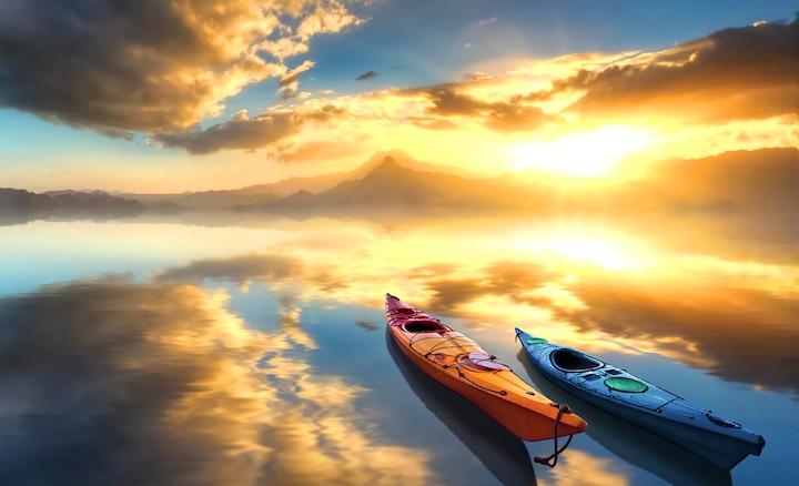 Zwei Paddelbote auf einem See bei Sonnenaufgang