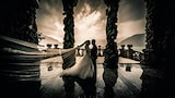 cristiano-ostinelli-sony-alpha-7RIII-bride-and-groom-on-balcony-with-veil-extended