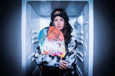jose-mercado-sony-alpha-9-lady-snowboarder-in-fridhe-holding-a-snowboard
