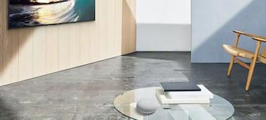 Bild, das den GoogleNestMini in einer Wohnzimmerszene zeigt